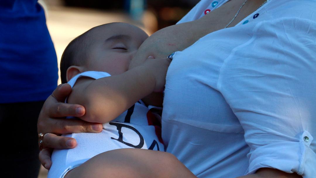 Madres lactantes vacunadas con Pfizer contra COVID-19 transmiten anticuerpos a sus bebés: estudio