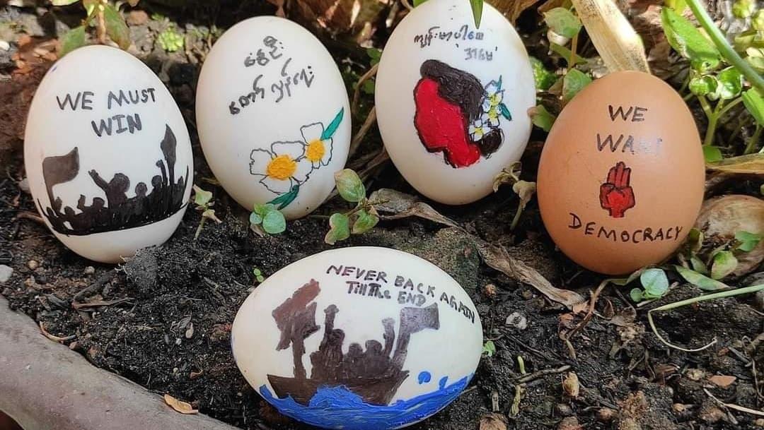 Manifestantes usan huevos de pascua para protestar en Myanmar