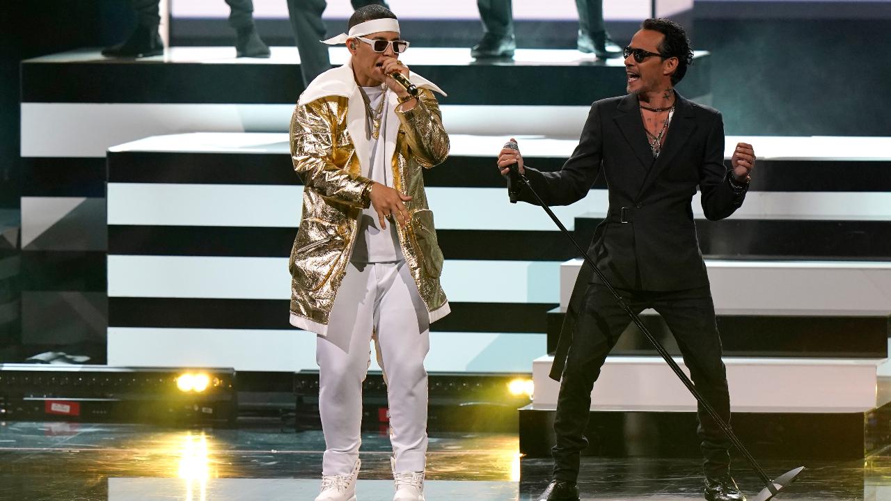 Marc Anthony (d) y Daddy Yankee (i) se presentan en el American Airlines Arena