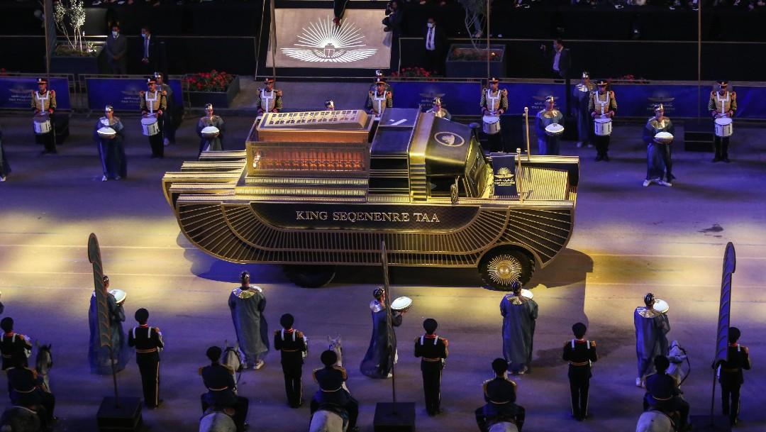 Momias de reyes y reinas recorren El Cairo en gran desfile faraónico