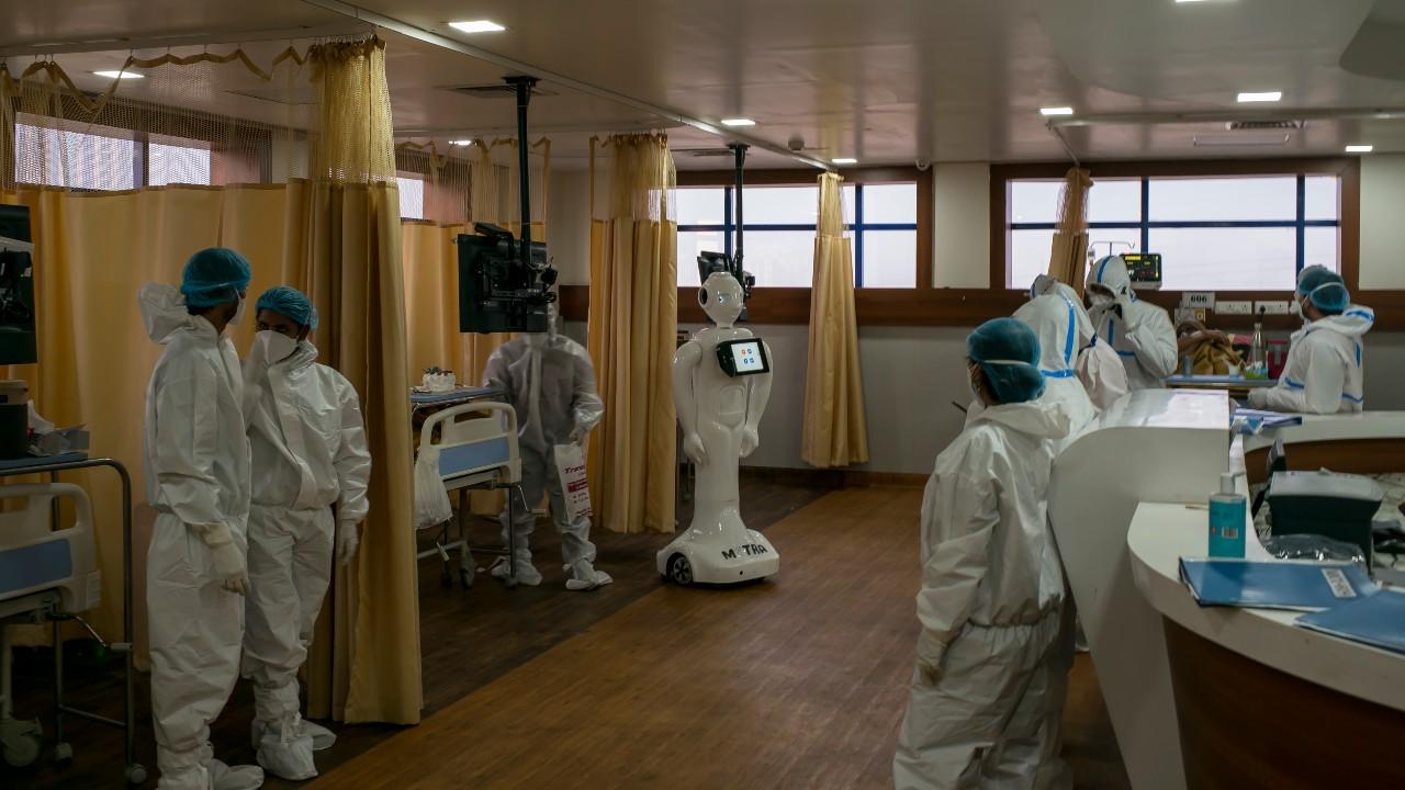 Mueren al menos 15 pacientes COVID tras incendio en hospital de la India