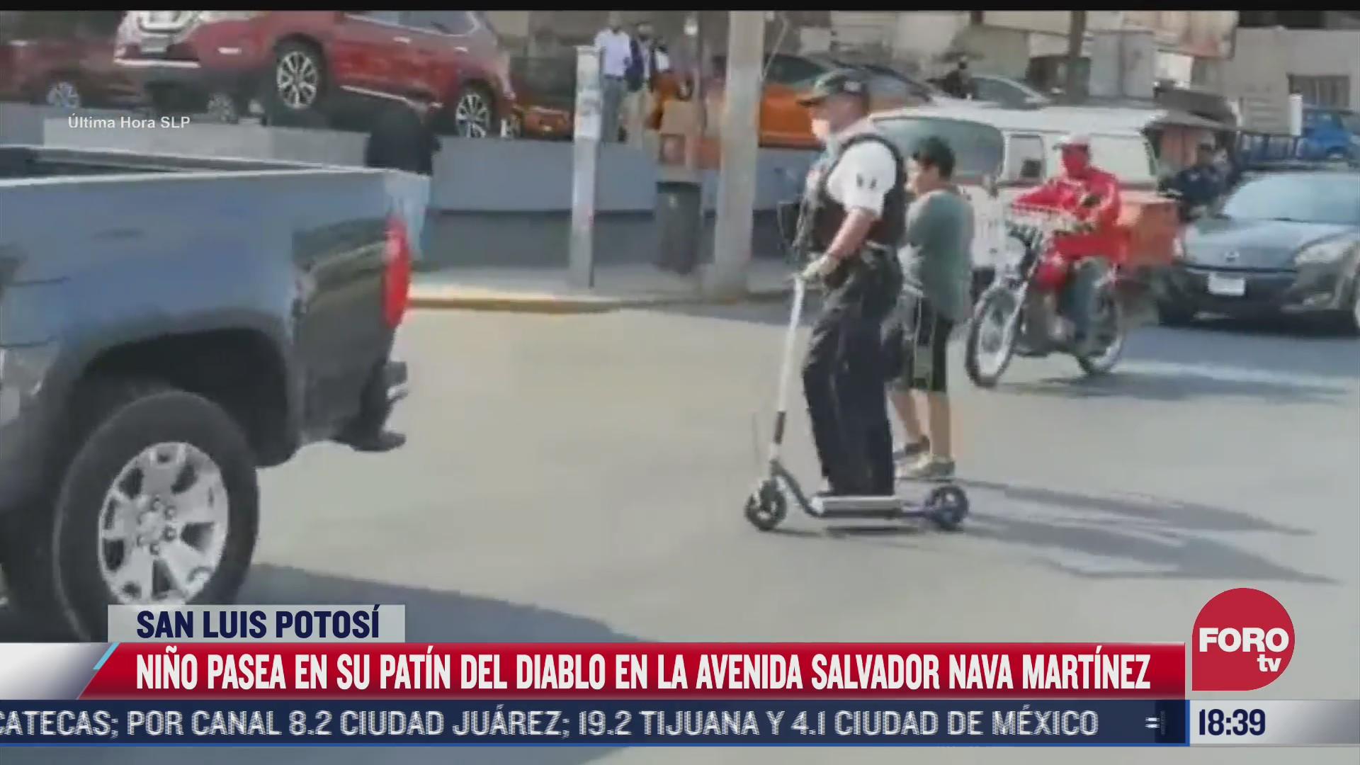 nino juega con patin en plena avenida en san luis potosi
