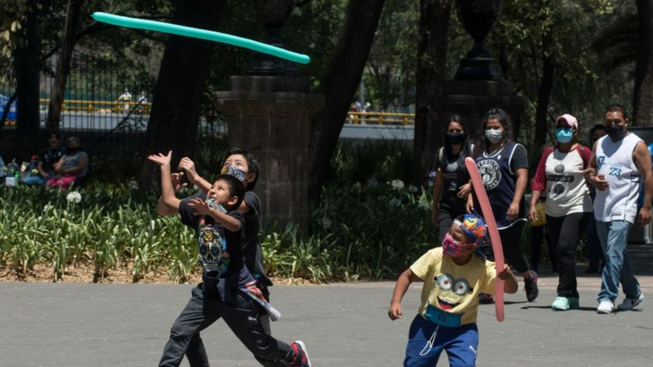 Niños juegan con globos en Chapultepec.