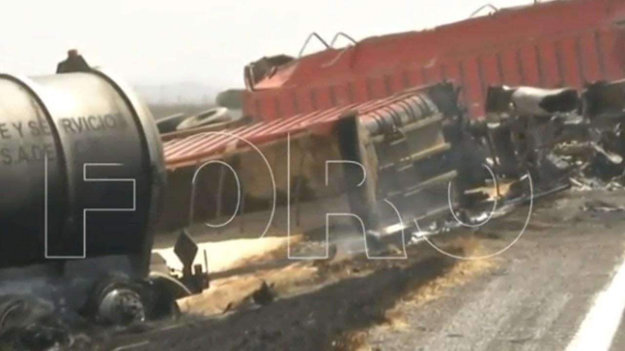 Pipa de gas a punto de estallar tras chocar con tráiler en carretera Saltillo-Torreón