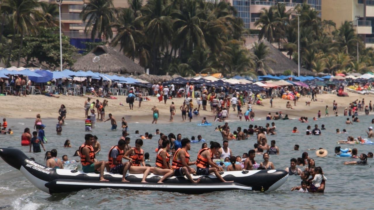 Playas de México lucen abarrotadas pese a pandemia de COVID-19