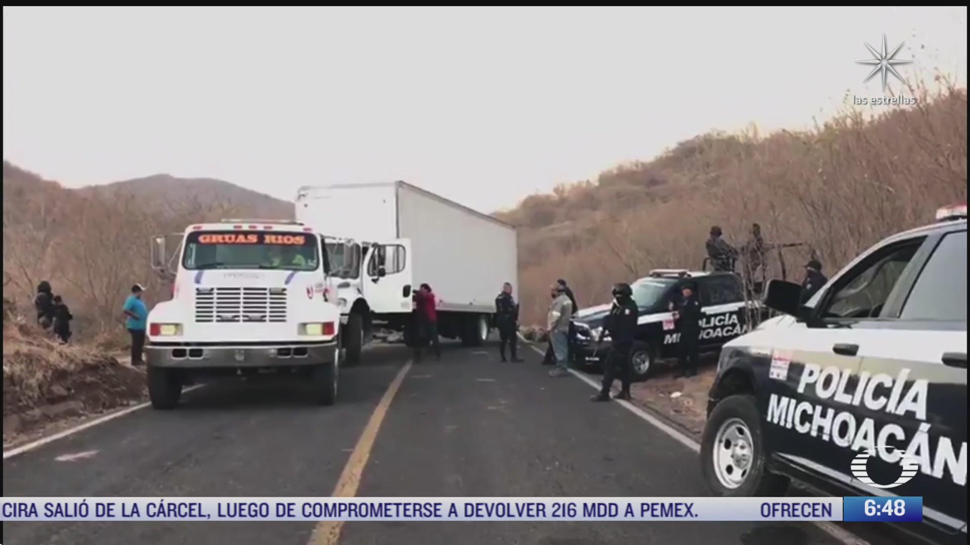 policias en michoacan reparan tramos carreteros destruidos por el crimen organizado