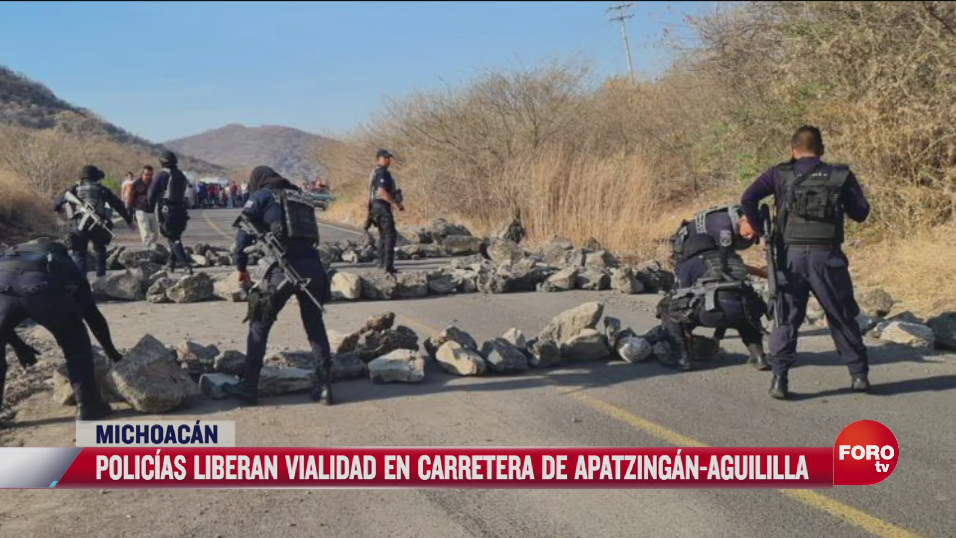 policias liberan carretera apatzingan aguililla
