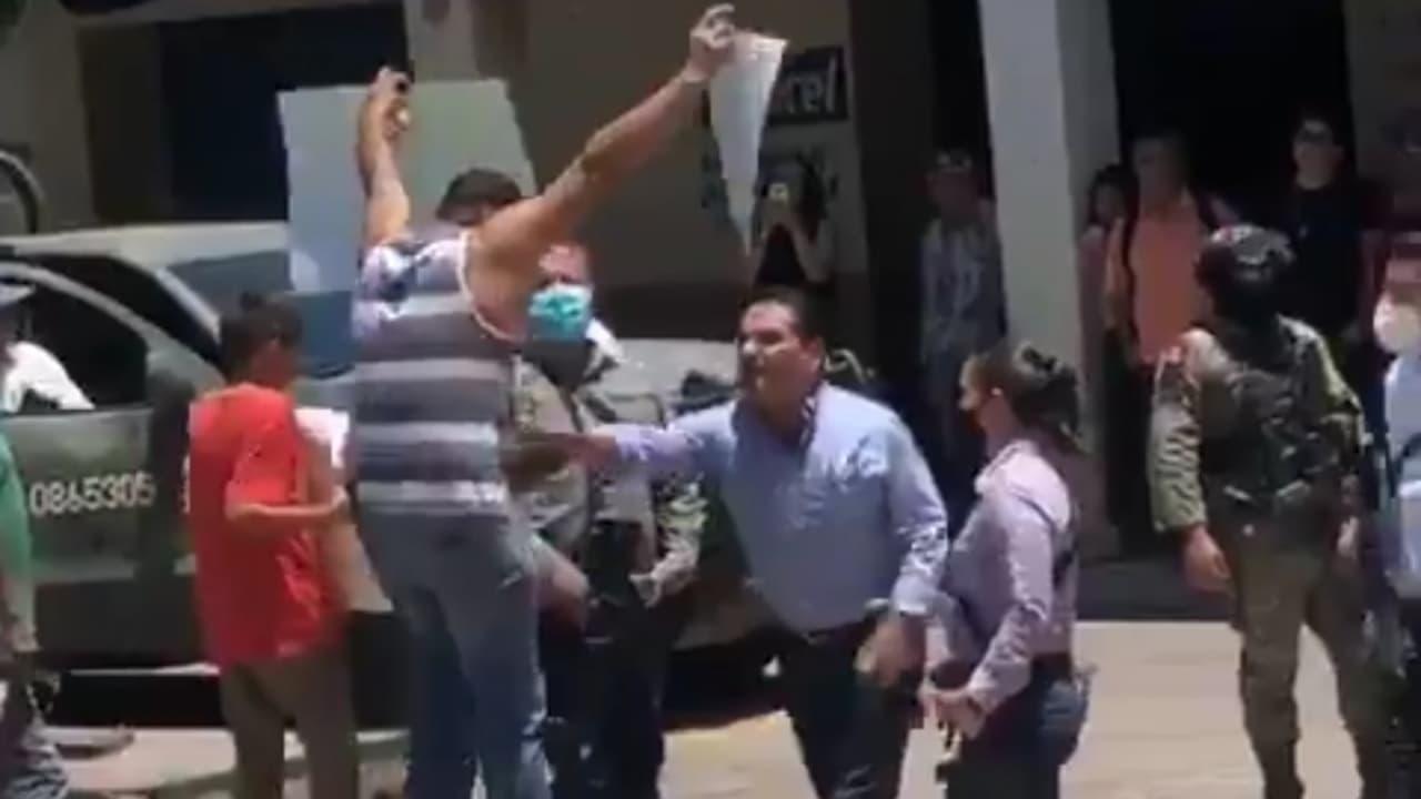 Profesor empujado por gobernador de Michoacán teme por su vida