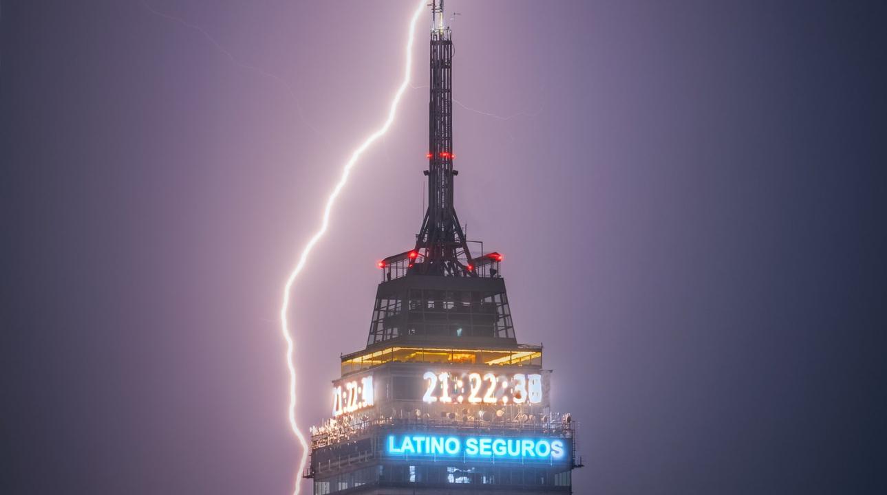 Relámpago en la Torre Latino capturado por Isaac Jaro. (Instagram)
