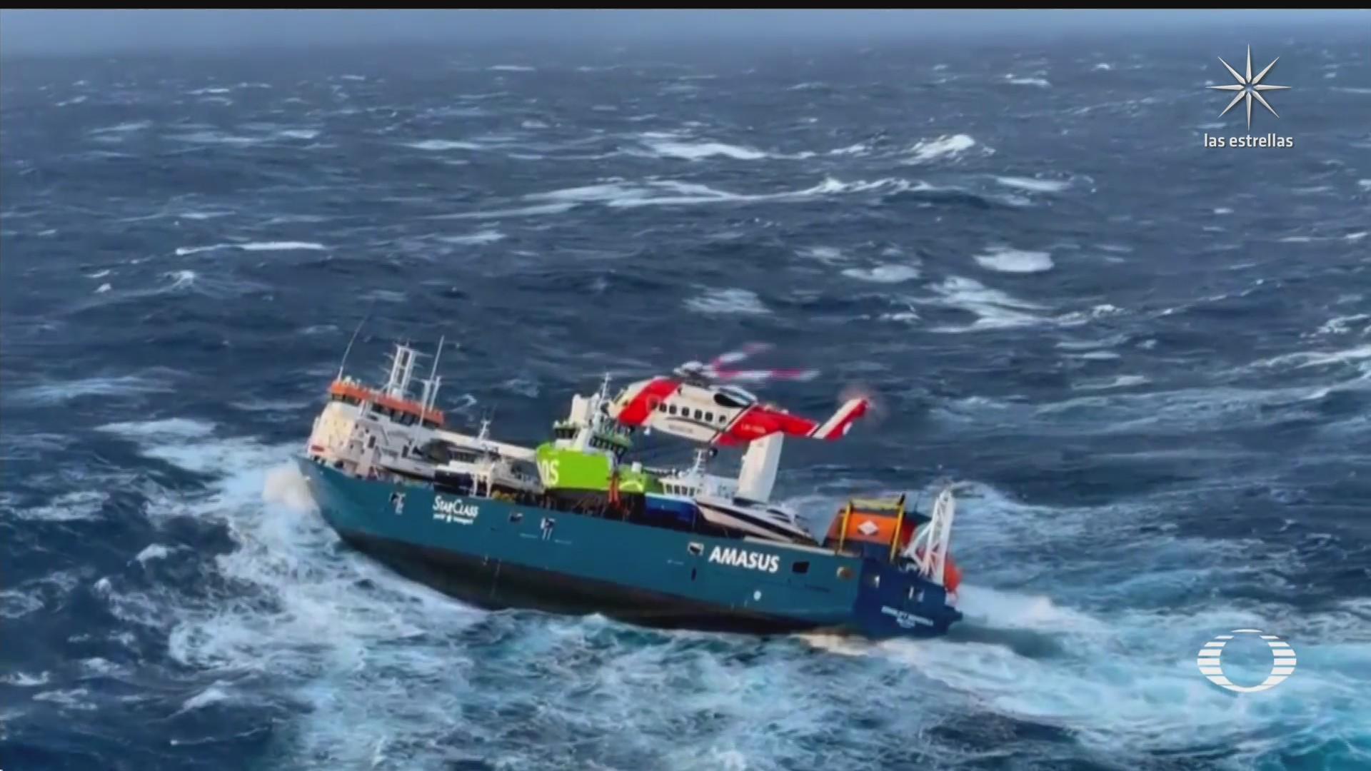 rescatan a tripulantes de barco en noruega
