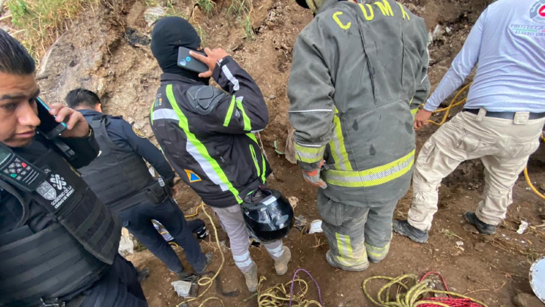 Cuerpos de emergencia laboran para rescatar a una persona tras un deslizamiento de tierra en la colonia San Bartolo Ameyalco, alcaldía Álvaro Obregón