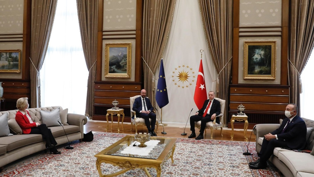 Von der Leyen tuvo que sentarse alejada de la reunión UE-Turquía (Twitter: @lauballarin)