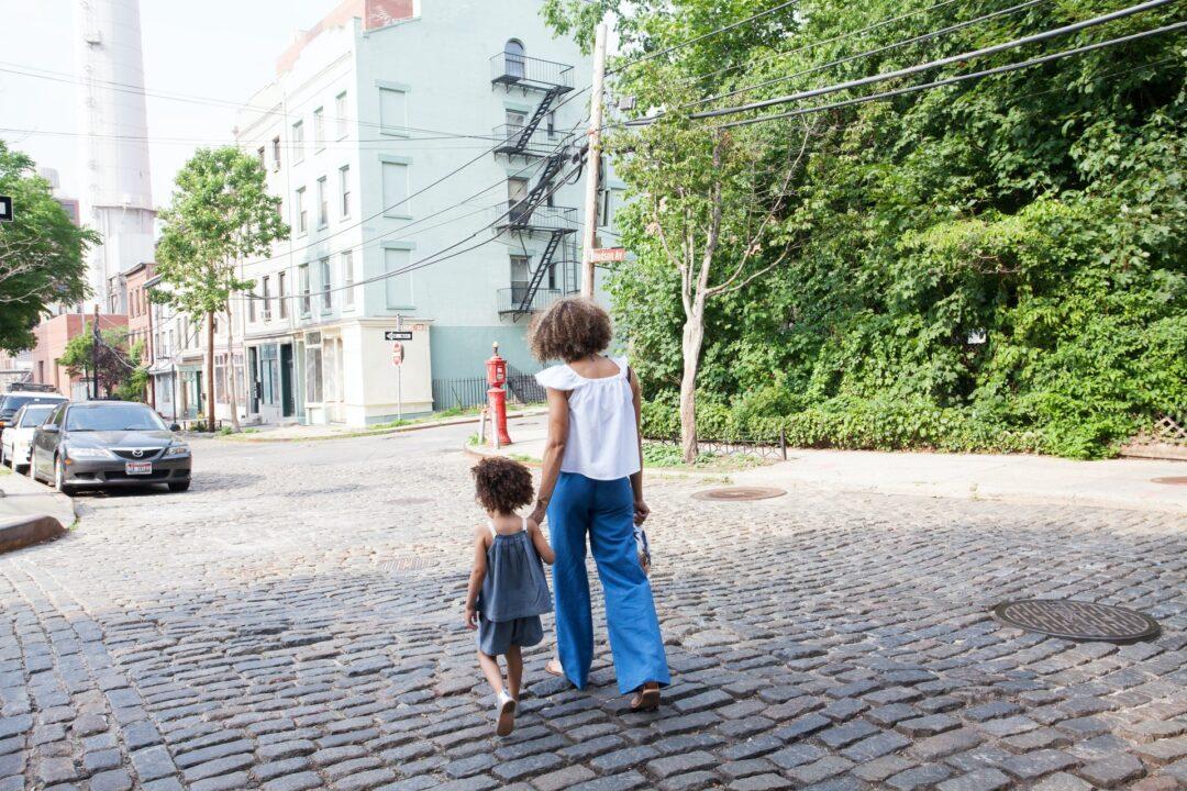 Primaria pide a mamás no usar minifaldas al ir por sus hijos