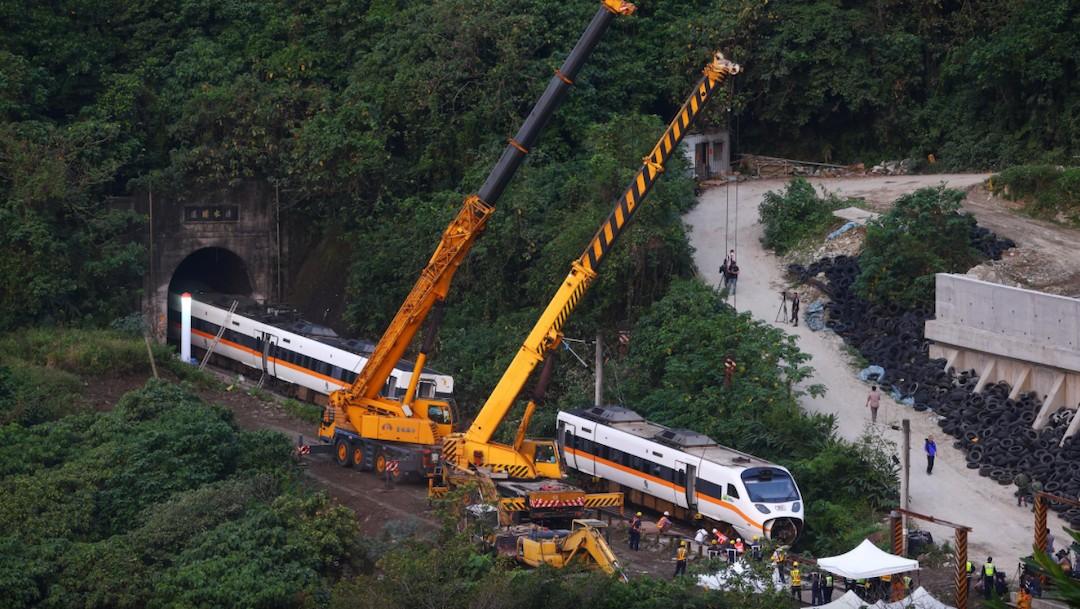 Trabajos para retirar vagones de las vías del tren accidentado en Taiwán (Reuters)
