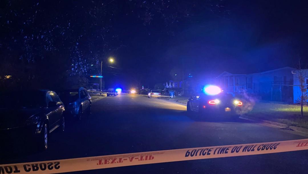 Policías acuden a zona de tiroteo en Wilmington (Twitter: @zachsolon)