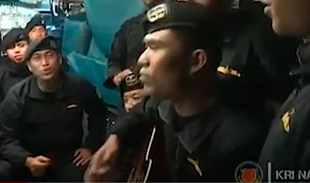 Video capta momento de marinos que cantan antes de que submarino de Indonesia se hunda