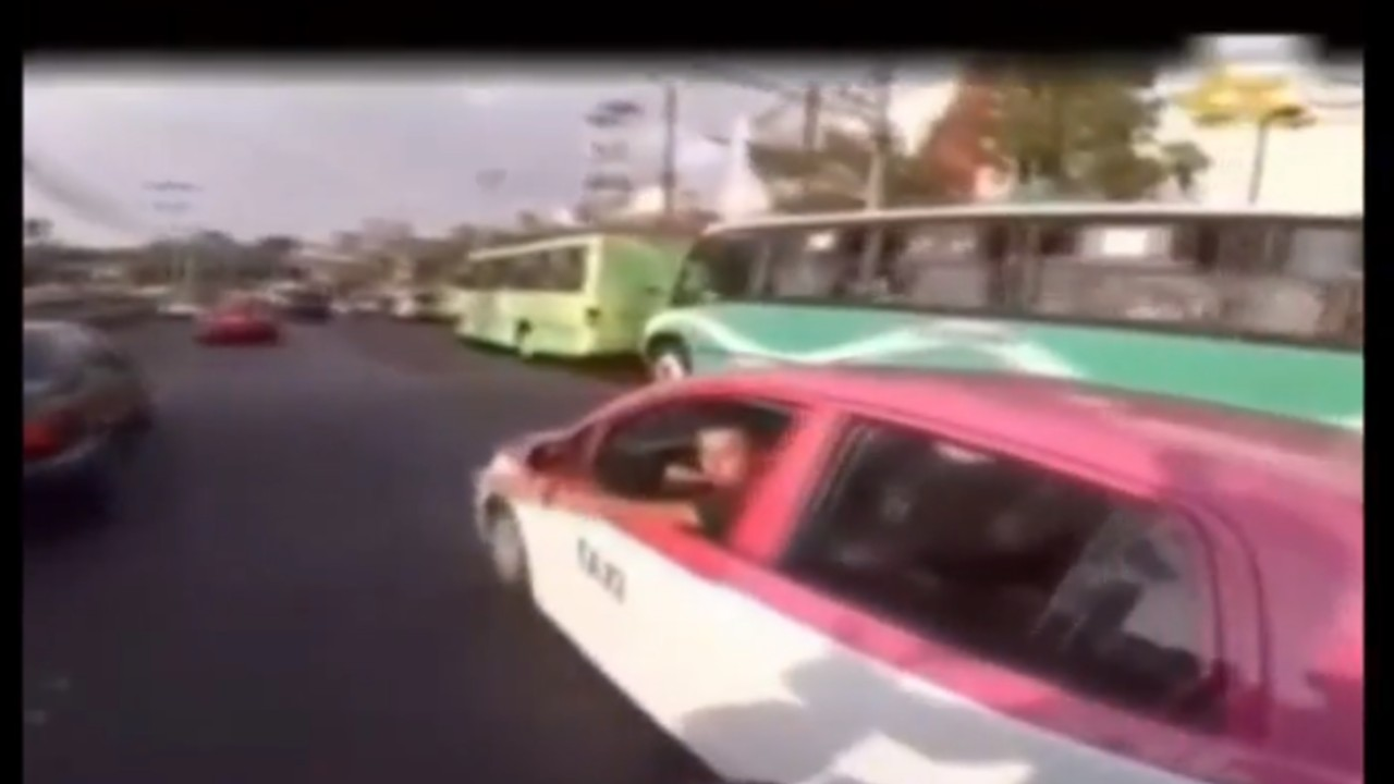 Video: Chofer tiene inesperada reacción tras reclamo de motociclista porque le aventó el taxi