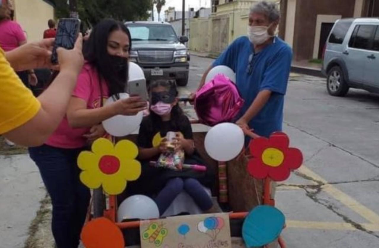 Abuelito lleva nieta en triciclo para recoger dulces