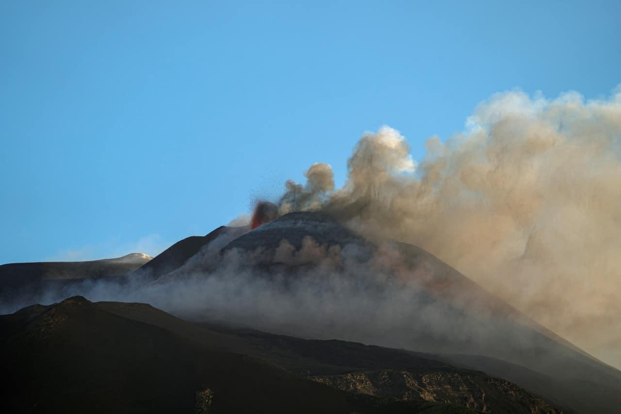 VIDEO: Etna y Estrómboli hace erupción en Italia