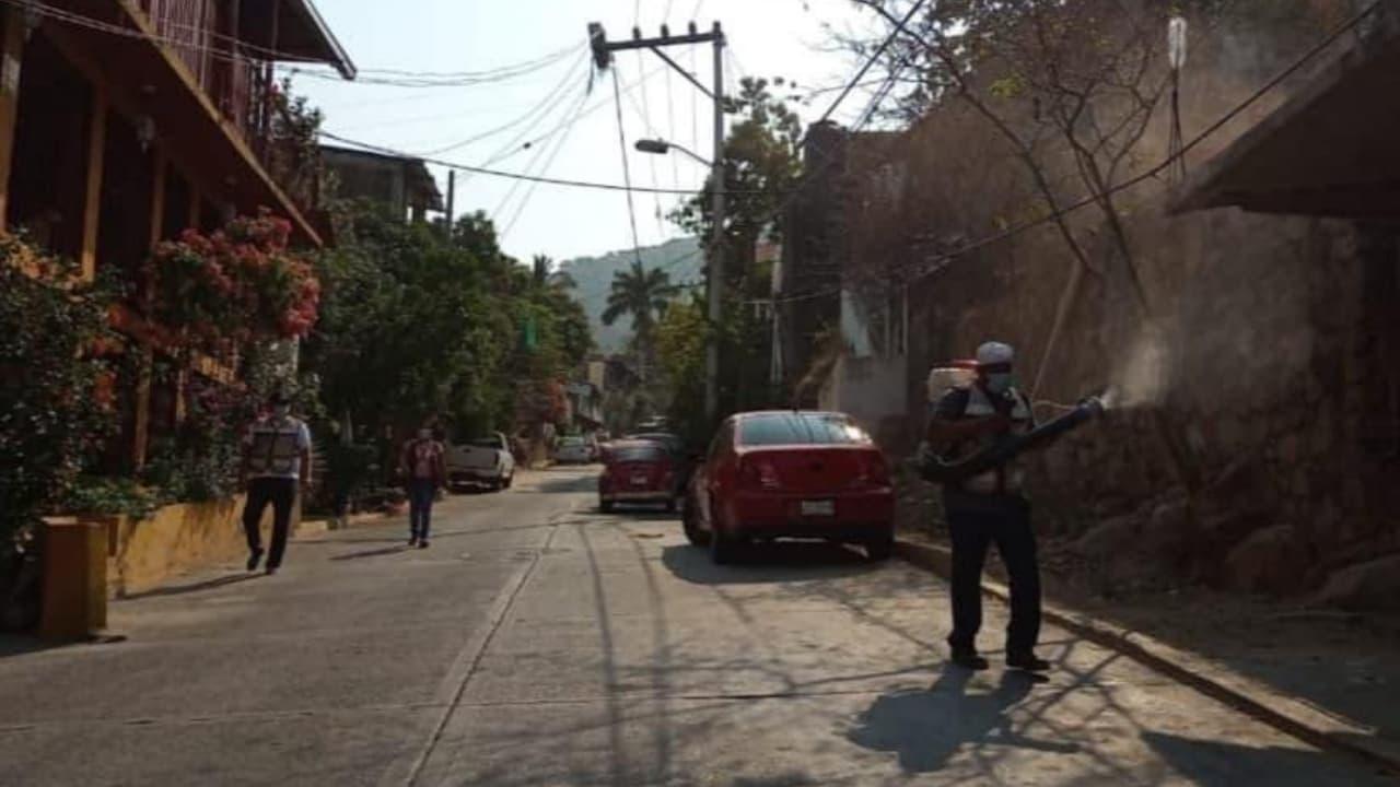 Acapulco se previene a la temporada de lluvias y fumiga contra mosquito transmisor