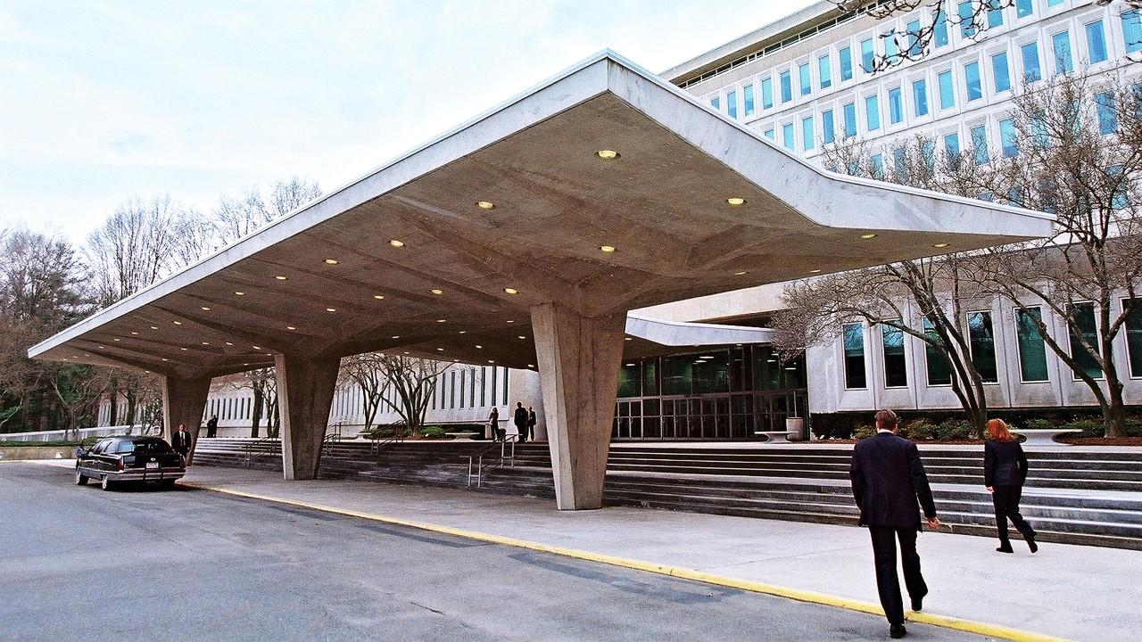 Agentes del FBI hieren a tiros a hombre armado tras intentar acceder a la sede de la CIA
