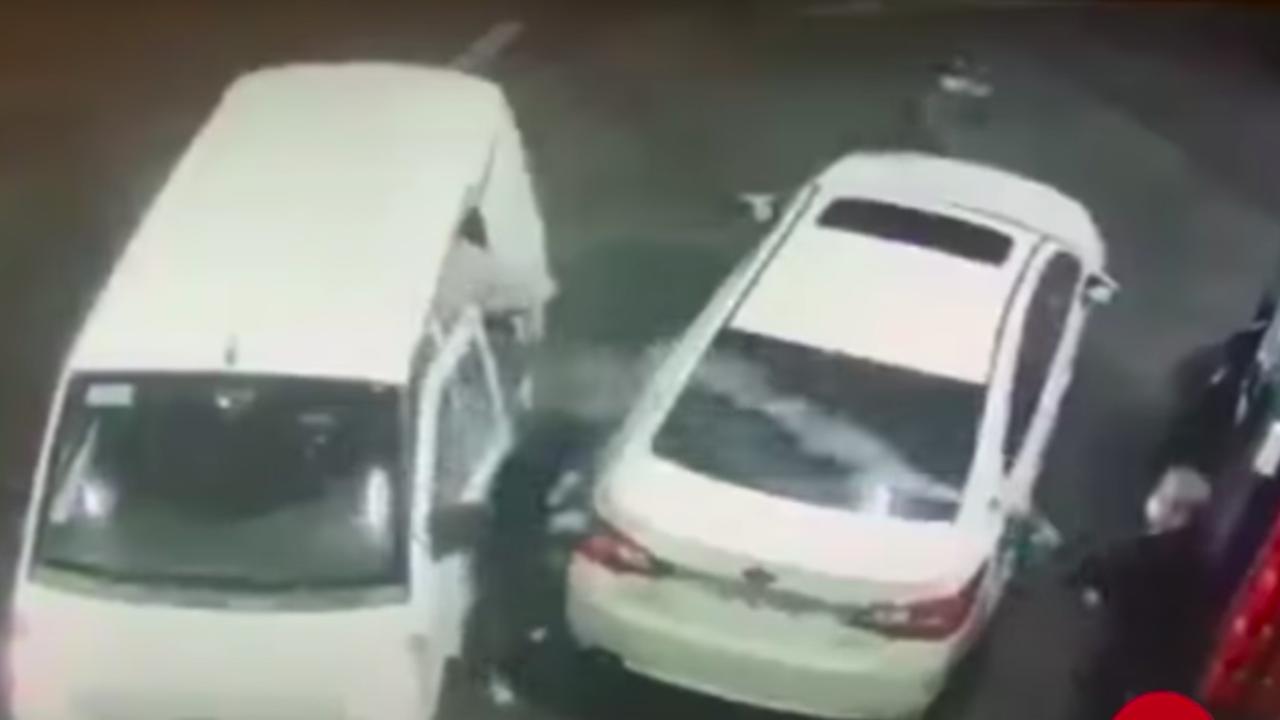 Video: Rocía con gasolina a ladrones y evita asalto