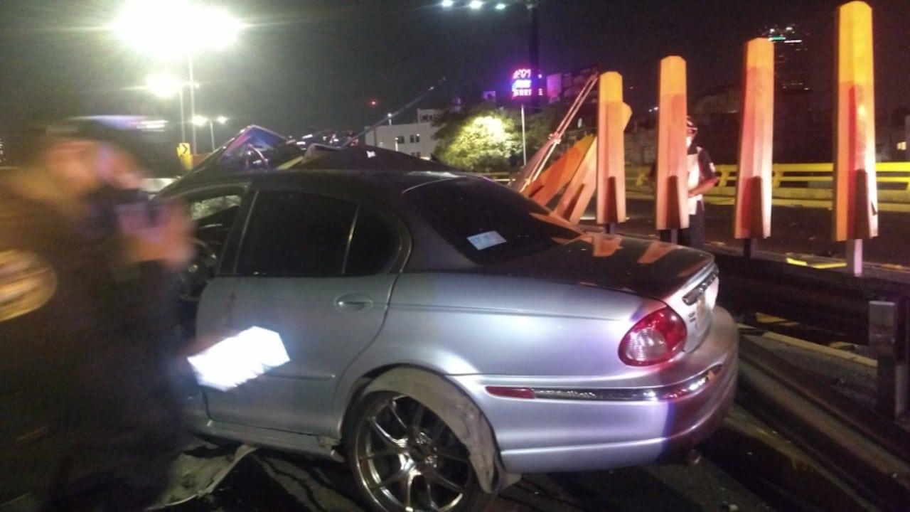 Auto de lujo es abandonado tras accidente en CDMX (Twitter: @isaac_piche)