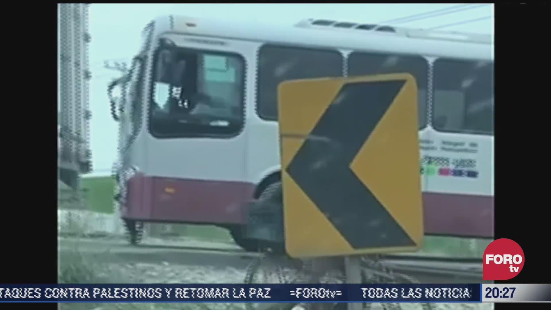 autobus de pasajeros se queda parada en vias del tren