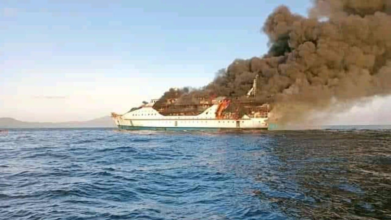 Barco de pasajeros se incendia en Indonesia y rescatan a 95 personas