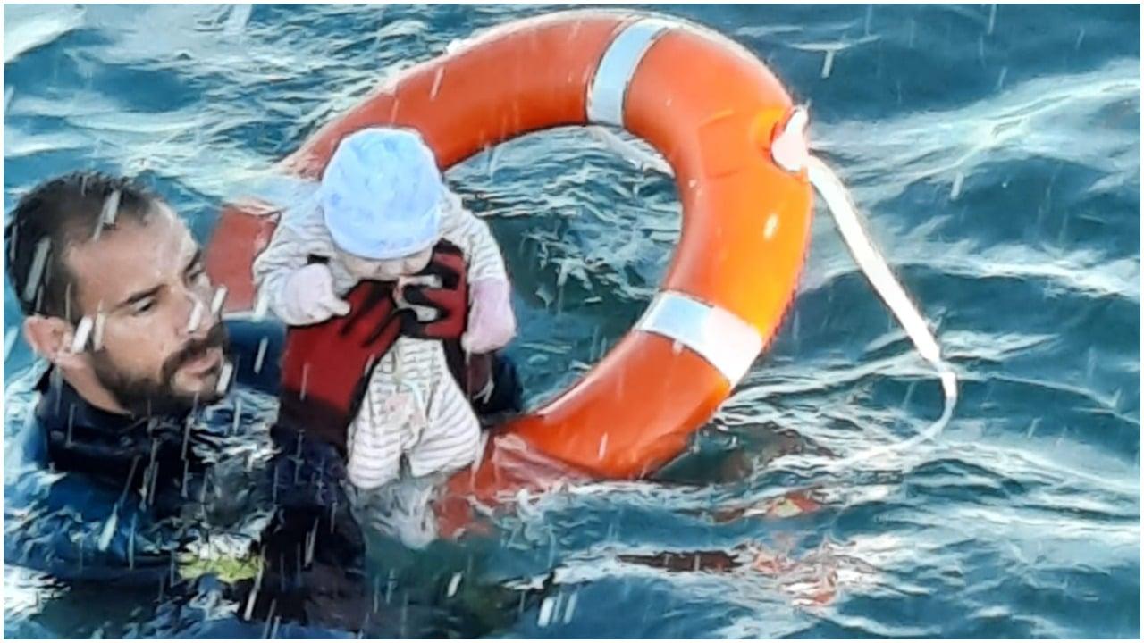 Un bebé fue rescatado en el mar de Ceuta y foto se hace viral en redes