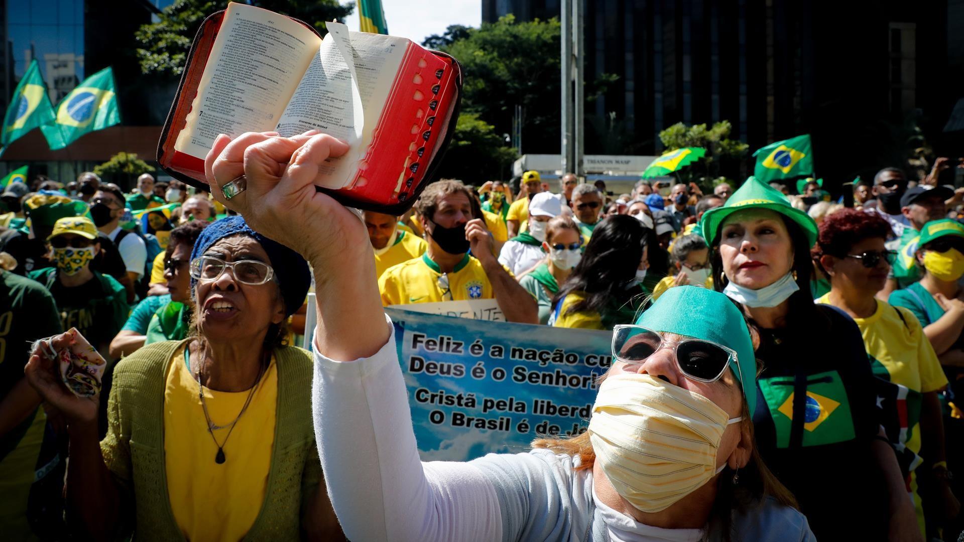 Brasileños desafían al COVID-19 y salen a las calles en apoyo y contra Bolsonaro