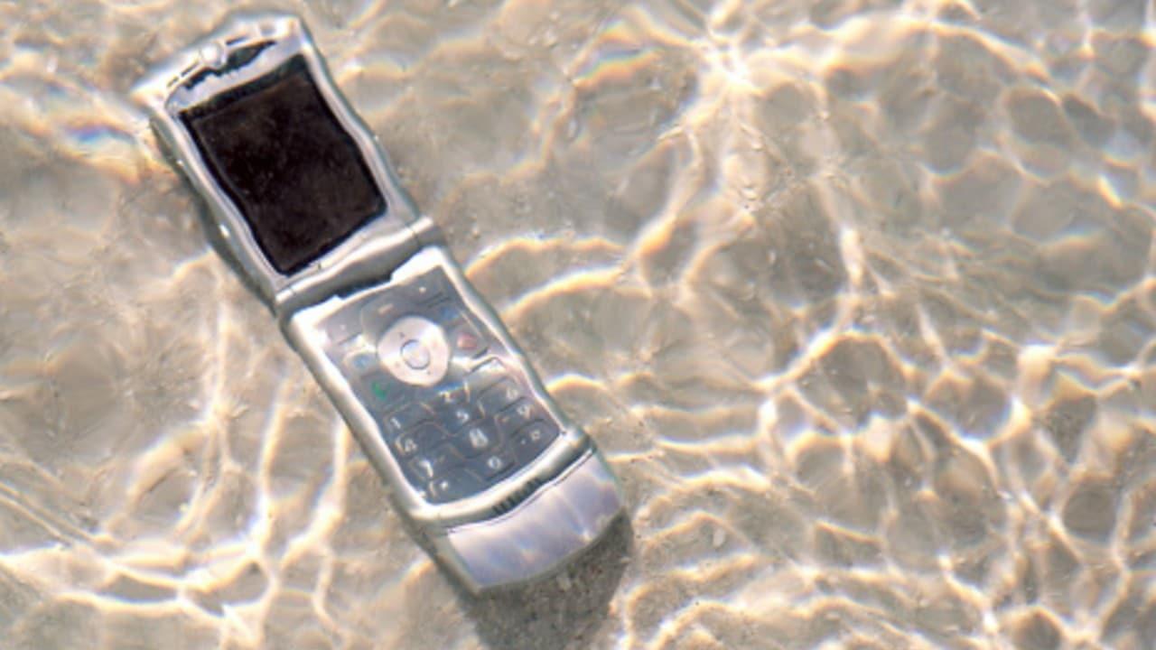Teléfono celular se cayó al océano