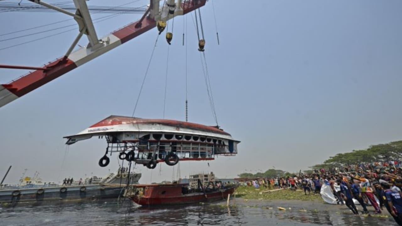 Choque de barcos en Bangladesh deja decenas de muertos
