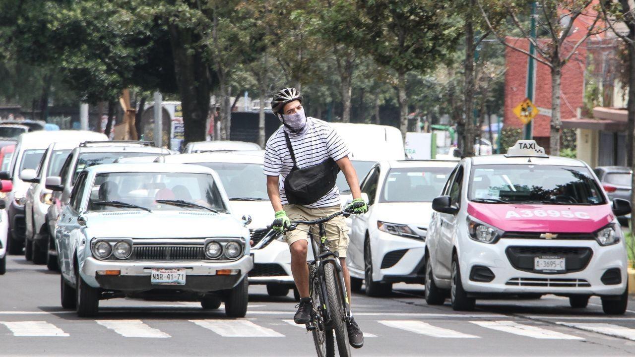 Un ciclista se traslada entre carros (Cuartoscuro, archivo)