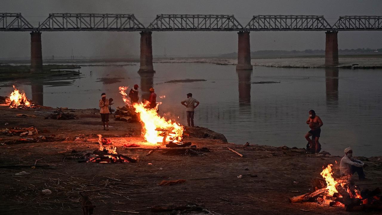 Aparecen cadáveres de presuntas víctimas en el río Ganges