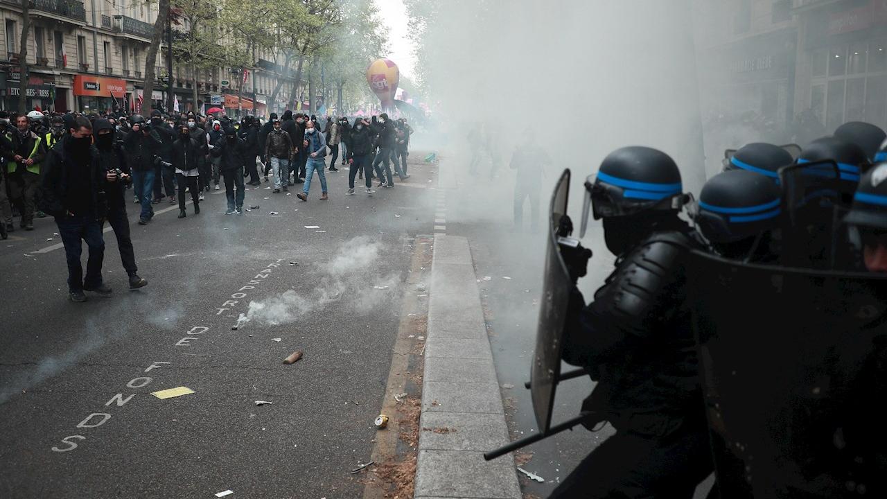 Se enfrentan manifestantes y policías antimotines en marcha sindical del 1 de mayo en Francia