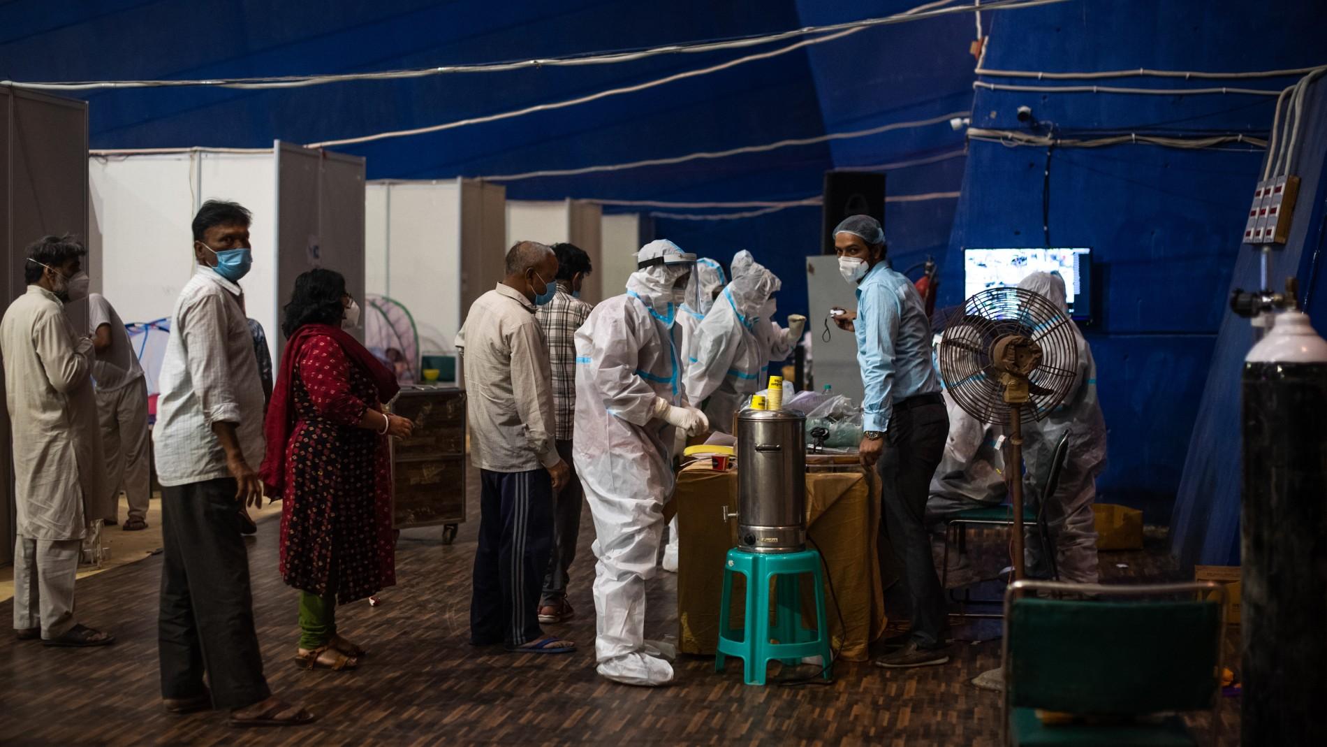 India enfrenta escasez de vacunas con récord de muertes por COVID-19