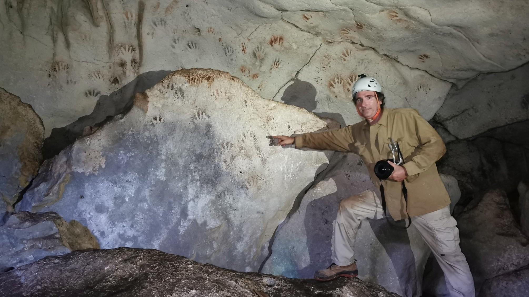 Hallan cueva en Yucatán con pinturas de manos milenarias