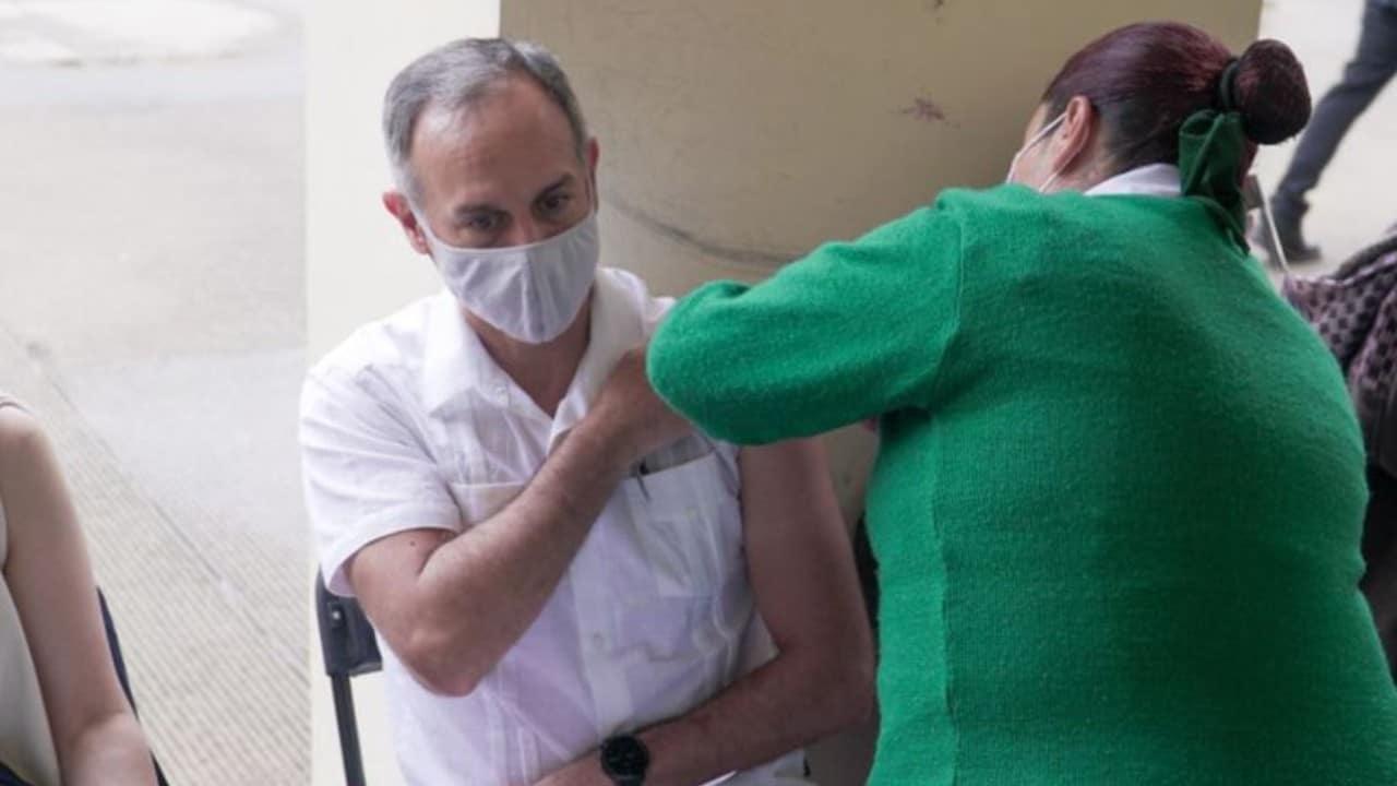 Hugo López-Gatell es vacunado contra COVID-19