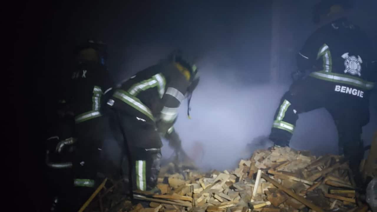 Bomberos sofocan incendio en una maderería en la alcaldía Venustiano Carranza, CDMX