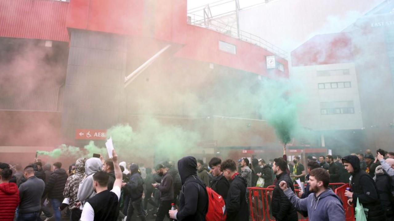 Aficionados invaden el Old Trafford; suspenden partido Manchester United-Liverpool tras protestas