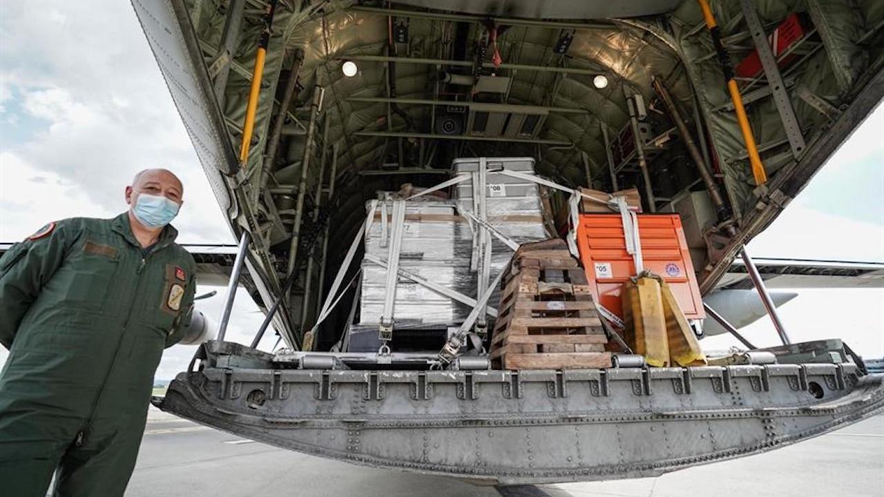 Llegada de un cargamento de ayuda internacional por severo brote de COVID-19 en India (EFE)