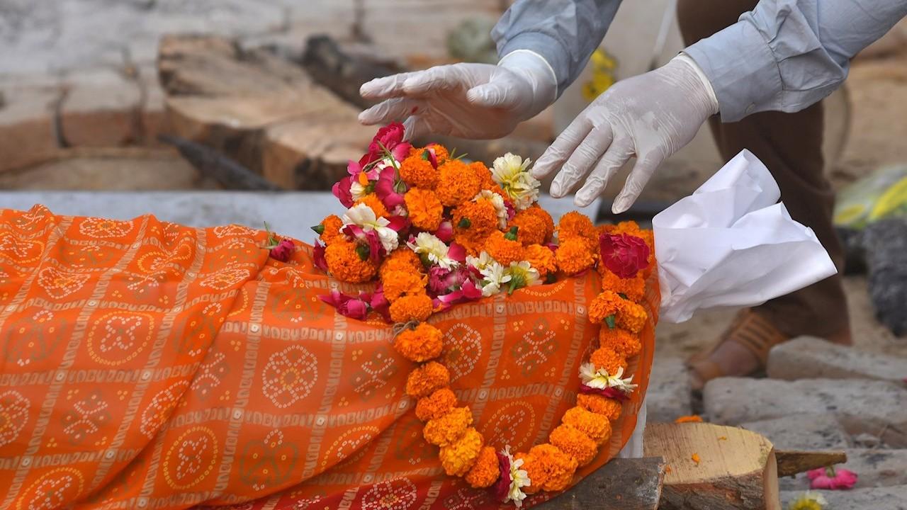India rompe récord de muertes diarias por COVID-19 con 3,680 defunciones