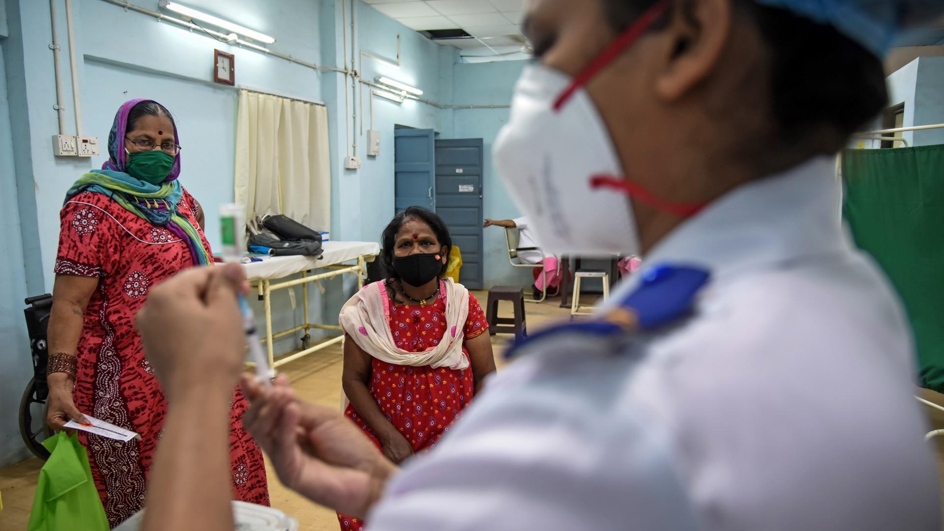 India supera los 400 mil contagios diarios por COVID-19; inicia vacunación masiva