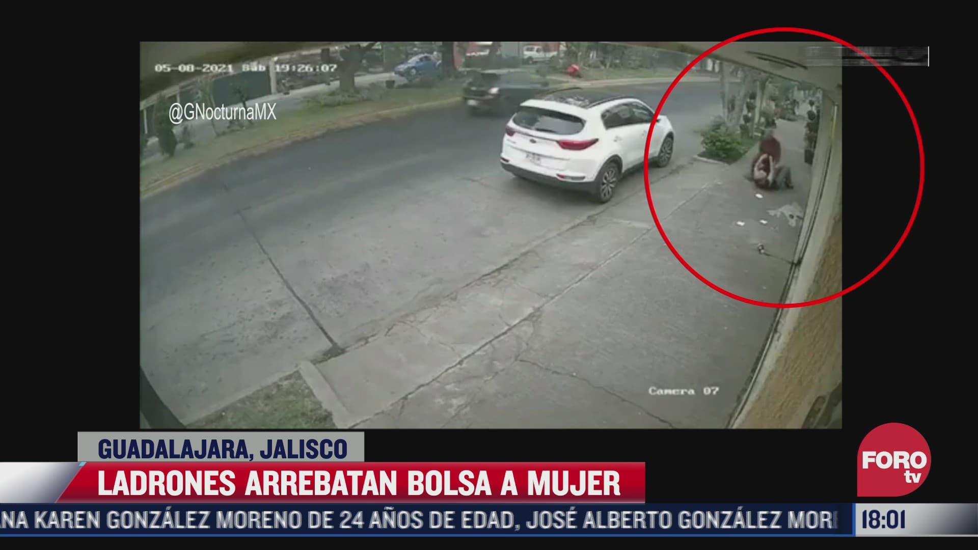 ladrones arrebatan bolsa a mujer en guadalajara jalisco