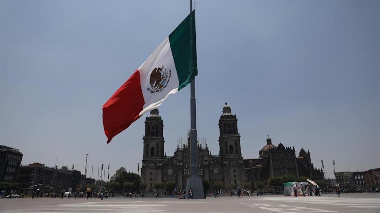 Bandera mexicana a media asta (EFE)