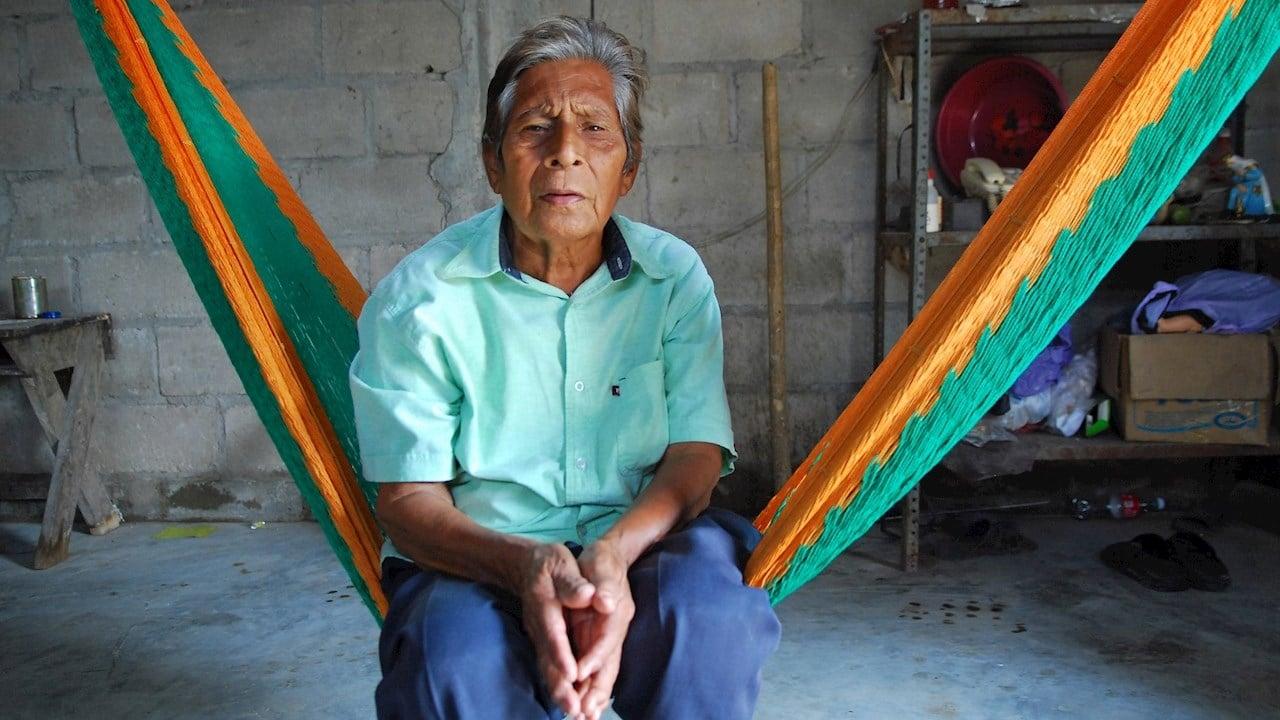 Fotografía del indígena Manuel Segovia Jiménez en su vivienda en el poblado de Jalpa de Méndez, Tabasco