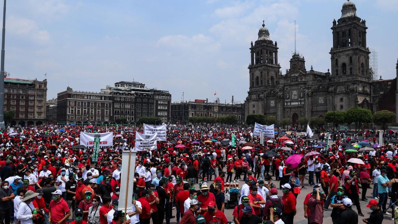 Cerca de tres mil personas marchan en CDMX para conmemorar el Día del Trabajo