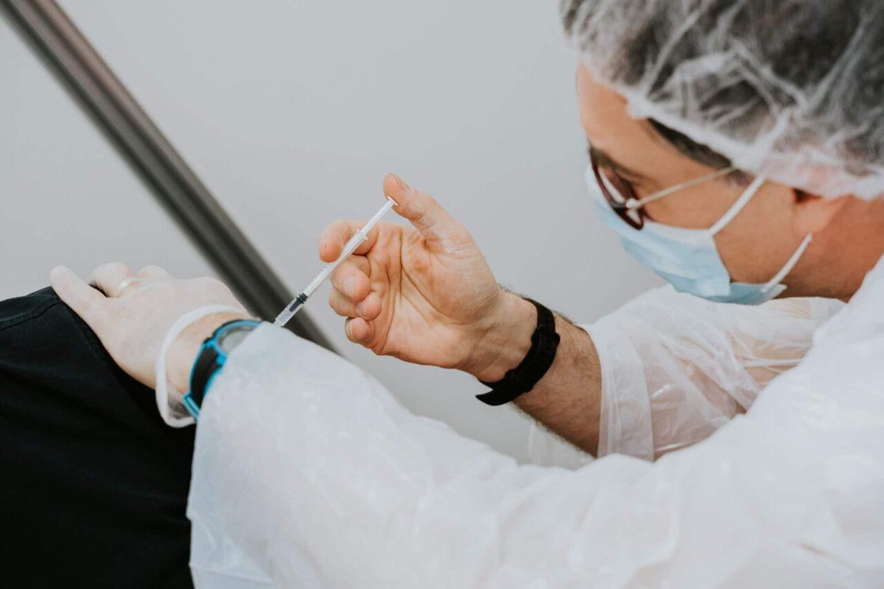 Comienza vacunación contra COVID-19 para adolescentes de 12 a 15 años en EEUU