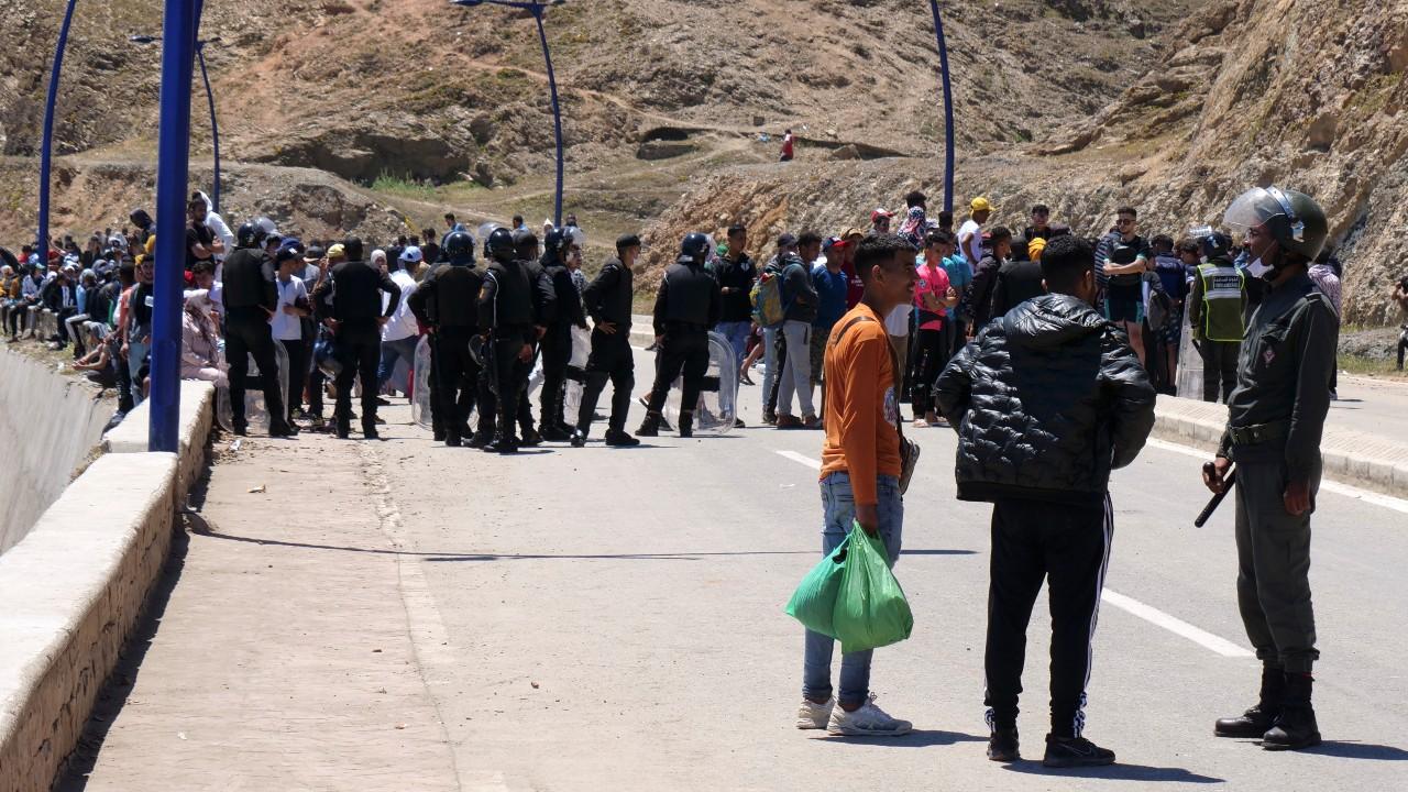 Migrantes-marroquíes-se-enfrentan-con-policías-en-Ceuta